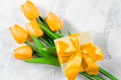 Fundo do feriado com tulipas e caixa de presente Fotos de Stock Royalty Free