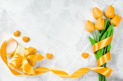 Fundo do feriado com tulipas e caixa de presente Fotografia de Stock