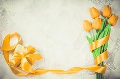 Fundo do feriado com tulipas e caixa de presente Foto de Stock Royalty Free