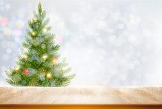 Fundo do feriado com uma árvore de Natal e umas bolas coloridas Foto de Stock Royalty Free