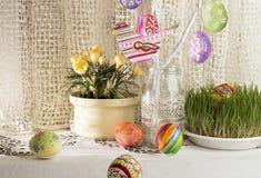 Fundo do feriado da Páscoa com ramo, os ovos da páscoa pintados e o b Foto de Stock