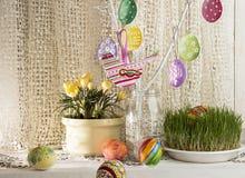 Fundo do feriado da Páscoa com ramo, os ovos da páscoa pintados e o b Foto de Stock Royalty Free