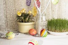 Fundo do feriado da Páscoa com ramo, ovos da páscoa pintados Fotografia de Stock Royalty Free