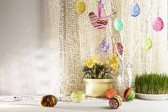 Fundo do feriado da Páscoa com ramo, ovos da páscoa pintados Fotos de Stock