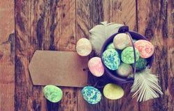 Fundo do feriado da Páscoa, cubeta com ovos coloridos Imagens de Stock Royalty Free