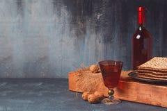 Fundo do feriado da páscoa judaica com vinho e matzoh na placa de madeira Fotografia de Stock