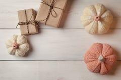 Fundo do feriado de Dia das Bruxas com abóboras e as caixas de presente decorativas do ofício no fundo de madeira branco Vista de Imagens de Stock