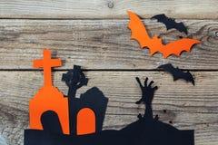 Fundo do feriado de Dia das Bruxas com cemitério e a mão dos zombis Imagem de Stock