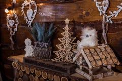 Fundo do feriado de inverno, corações de madeira, caixa de pássaro Foto de Stock