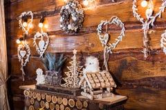 Fundo do feriado de inverno, corações de madeira, caixa de pássaro Fotos de Stock