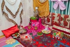 Fundo do feriado de Novruz Novruz reveste a placa da bandeja com o pakhlava da pastelaria de Azerbaijão e shekerbura nacional e s foto de stock royalty free