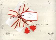 Fundo do feriado do Natal com a caixa de presente branca do tema vermelho e branco com a fita natural da listra da lona Foto de Stock