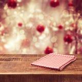 Fundo do feriado do Natal com a tabela e toalha de mesa de madeira vazias Fotos de Stock Royalty Free