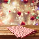 Fundo do feriado do Natal com a tabela e toalha de mesa de madeira vazias Fotografia de Stock