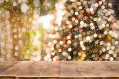Fundo do feriado do Natal com tampo da mesa de madeira vazio sobre a luz festiva do bokeh fotografia de stock royalty free