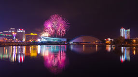 Fundo do grunge da independência Day Panorama da noite de Minsk com uma saudação festiva e uns fogos-de-artifício coloridos Imagem de Stock