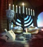 Fundo do Hanukkah com velas, anéis de espuma, parte superior de giro fotografia de stock royalty free