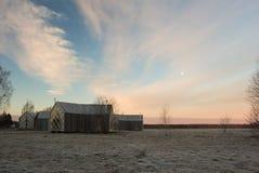 Fundo do inverno com casas de madeira Campo do russo Imagem de Stock Royalty Free