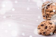Fundo do inverno - cookies e bobina recentemente cozidas dos pedaços de chocolate Imagens de Stock Royalty Free