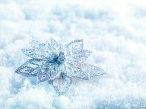 Fundo do inverno e do Natal Prata efervescente bonita e decoração vermelha do Natal em um fundo branco da neve Imagem de Stock Royalty Free