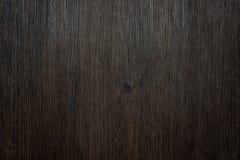 Fundo do marrom escuro feito de uma superfície de madeira Imagens de Stock