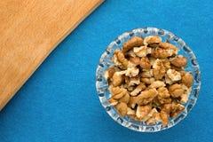 Fundo do menu Cozinheiro Book Caderno da receita com nozes em um fundo azul fotos de stock