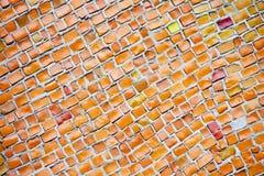Fundo do mosaico cerâmico vermelho Uma parede com uma superfície textured foto de stock royalty free