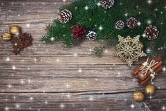 Fundo do Natal Árvore de abeto do Natal com a decoração no fundo de madeira velho Copie o espaço, vista tonificada, superior Fotos de Stock