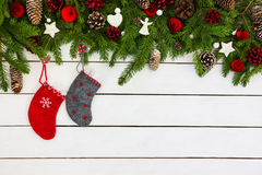 Fundo do Natal Árvore de abeto do Natal com decoração e as peúgas vermelhas Copie o espaço Fotos de Stock Royalty Free