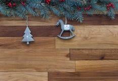 Fundo do Natal Árvore de Natal com os ornamento cerâmicos retros no fundo de madeira imagens de stock royalty free