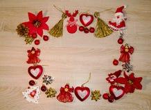 Fundo do Natal As decorações do Natal na tabela de madeira inverno, feriados imagens de stock royalty free