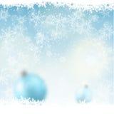 Fundo do Natal, bolas azuis borradas na neve, ilustração Foto de Stock