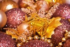 Fundo do Natal - caixa de presente e baubles Foto de Stock