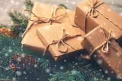 Fundo do Natal Caixas de presente e decoração - árvore e cone Imagem de Stock