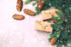 Fundo do Natal Caixas de presente e decoração do ofício Imagens de Stock