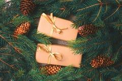 Fundo do Natal Caixas de presente e decoração do ofício Fotos de Stock