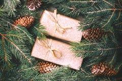 Fundo do Natal Caixas de presente e decoração do ofício Imagens de Stock Royalty Free