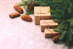 Fundo do Natal Caixas de presente e decoração do ofício Foto de Stock