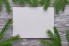 Fundo do Natal do cartão aprontado, galhos na placa idosa Imagem de Stock Royalty Free