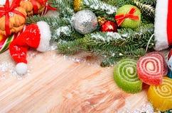 Fundo do Natal, chapéu Santa Claus, galho do pinho, biscoito e je Fotografia de Stock Royalty Free