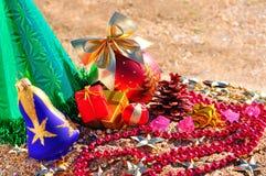 Fundo do Natal, chapéu Santa Claus, galho do pinho, biscoito e je Fotografia de Stock