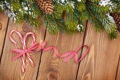 Fundo do Natal com a árvore de abeto da neve e os bastões de doces Foto de Stock