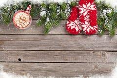 Fundo do Natal com árvore de abeto, mitenes, chocolate quente Imagem de Stock