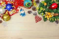 Fundo do Natal com árvore, os flocos de neve e as bolas spruce na tabela Vista superior Foto de Stock Royalty Free