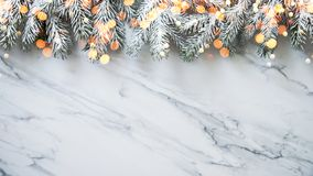 Fundo do Natal com a árvore do xmas no fundo de mármore branco Cartão do Feliz Natal, quadro, bandeira Tema do feriado de inverno fotos de stock royalty free
