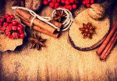 Fundo do Natal com açúcar mascavado, estrela do anis e canela s Foto de Stock