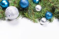 Fundo do Natal com as bolas do abeto, do azul e da prata fotografia de stock