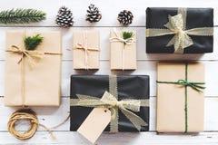 Fundo do Natal com as caixas de presente atuais feitos a mão e decoração rústica na placa de madeira branca Fotografia de Stock Royalty Free