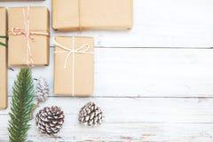 Fundo do Natal com as caixas de presente atuais feitos a mão e decoração rústica na placa de madeira branca Fotos de Stock