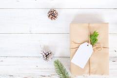 Fundo do Natal com as caixas de presente atuais feitos a mão e decoração rústica na placa de madeira branca Imagens de Stock Royalty Free